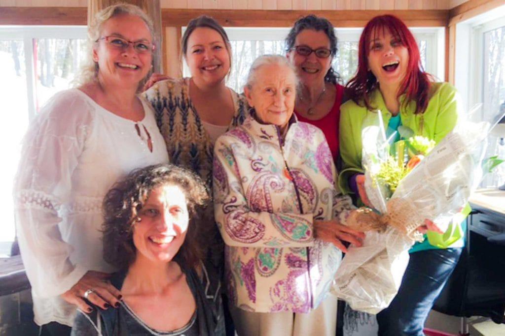 Marlène Chapey avec sa grand-mère, Chloé Sainte-Marie, Gabriela Ferreras, Jessica Danis et Thérèse Denis.