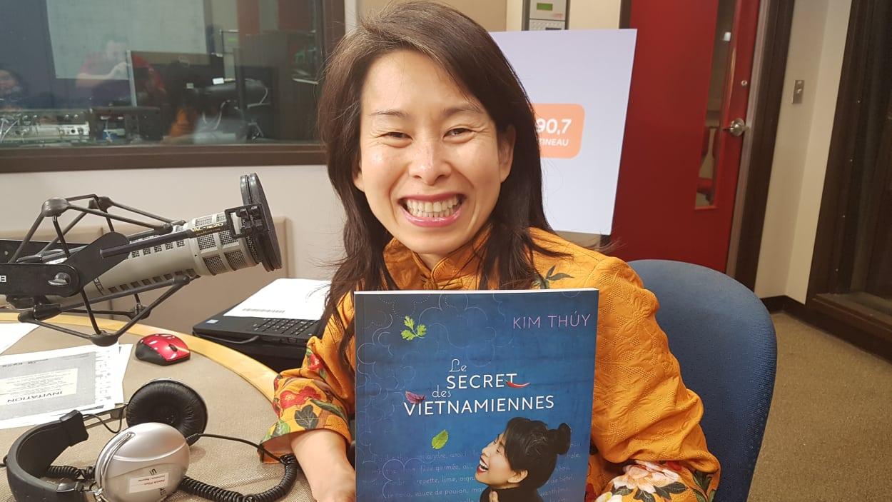 Kim Thuy dans le studio de Sur le vif avec son livre dans ses mains